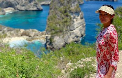 Liburan Manja Shanty Paredes dan Indah Kalalo Nikmati Pantai di Bali