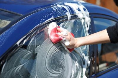 Terkena Air Hujan, Ini Tips Mencuci Mobil yang Benar