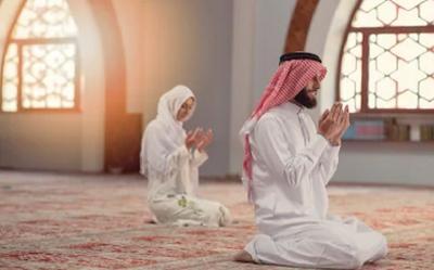 Tuntunan Saf Salat, Begini Posisinya Jika Muslimah Jadi Makmum atau Imam