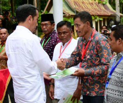 Presiden Jokowi Serahkan SK Perhutanan Sosial ke 20.890 KK di Riau