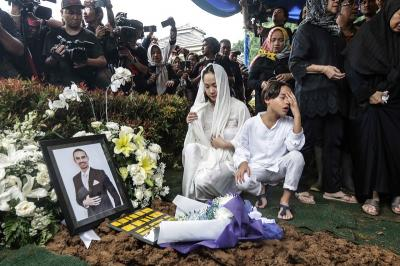 Pelukan Bunga Citra Lestari Usai Noah Berdoa di Makam sang Ayah