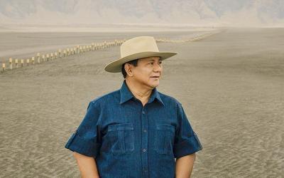 Gagahnya Prabowo Subianto Bermain dengan Burung Elang di Gurun Pasir