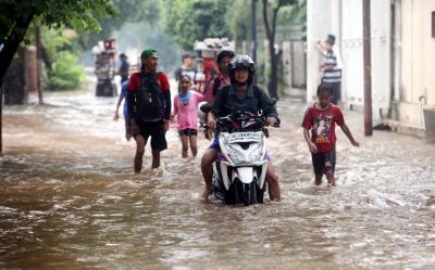 Ini Bahaya Pemotor Paksa Terobos Banjir