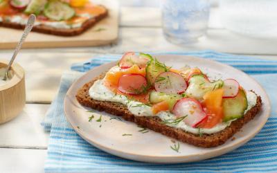 Besok Sarapan Apa? Mumpung WFH, Bikin Roti Lapis Salmon Asap Yuk!