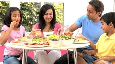 Hikmah Pandemi COVID-19, Keluarga Bisa Semakin Erat di Meja Makan