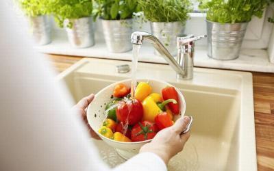 Sering Cuci Sayur dan Buah dengan Sabun? Peneliti Ungkap Dampaknya