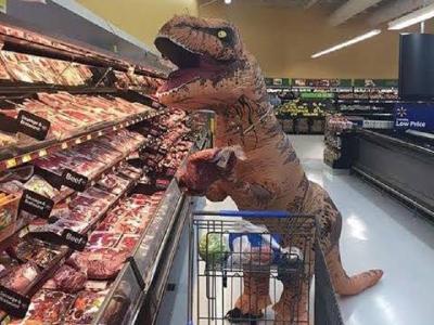 Aksi Lucu Orang Belanja Pakai Kostum T-Rex hingga Unicorn saat Pandemi COVID-19