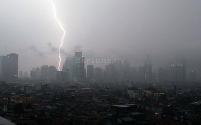 BMKG: Waspada Hujan Disertai Petir di Jaksel dan Jaktim pada Sore Hari