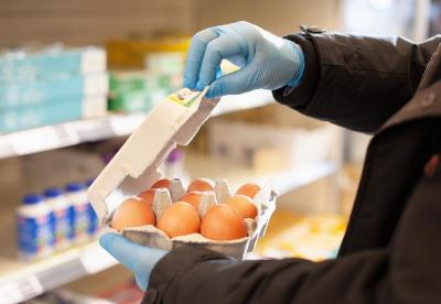 Pakai Sarung Tangan saat Belanja Bikin Orang Makin Berisiko Tertular Virus