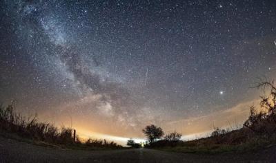 Supermoon hingga Hujan Meteor Lyrid Hiasi Langit Malam