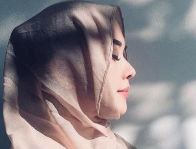 Cantiknya Aura Kasih Kenakan Hijab di Hari Lebaran, <i>Bikin</i> Netizen Pangling