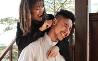Berbagi Keceriaan, Ekspresi Siti Badriah Jewer Telinga Suami Bikin Gemas