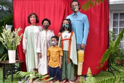 Kompaknya Gaya Keluarga Dwi Sasono Pakai Masker Sebelum Tersandung Narkoba