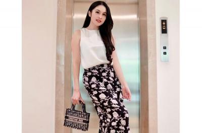 5 Style Mama Muda Sandra Dewi sambil Pose di Depan Lift Rumah Mewahnya