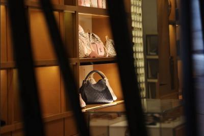 Rusuh Demo George Floyd, Butik Mewah Tas Louis Vuitton Dijarah