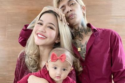 Photoshoot Keluarga Young Lex Pakai Outfit Kembaran, Netizen: Anaknya Cakep Kayak Ibunya