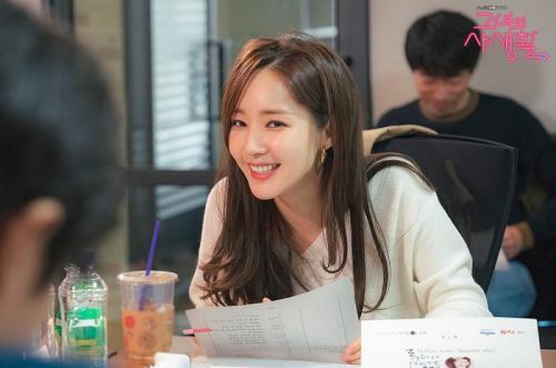 Tampilan Profesional Park Min Young dalam <i>Stills</i> Perdana <i>Her Private Life</i>