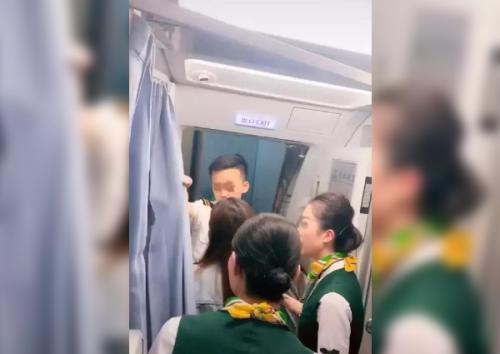 Anak Masih Asyik Belanja di Aiport, Wanita Ini Halangi Pesawat untuk Terbang